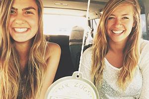 Lachende-Gesichter-beim-Surfen-auf-Fuerteventura-1