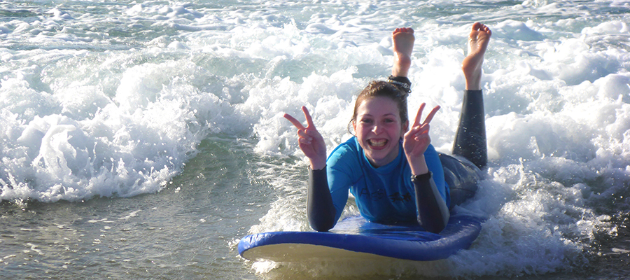 Learn to surf at Fuerteventura's northshore: The surfcamp Fuerteventura doesn't mind the wind and catches one wave after the other