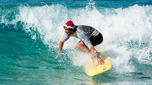 Surfen mit der Weihnachtsmütze