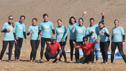Surfkurs auf dem Weg ins Wasser
