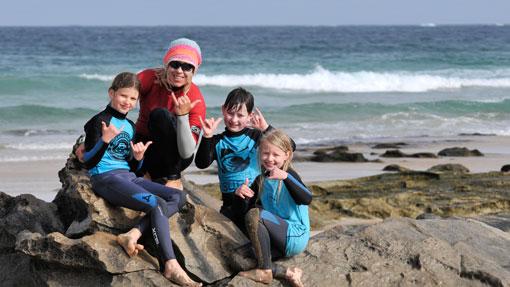 Fröhliche Surfer in der Punta Blanca