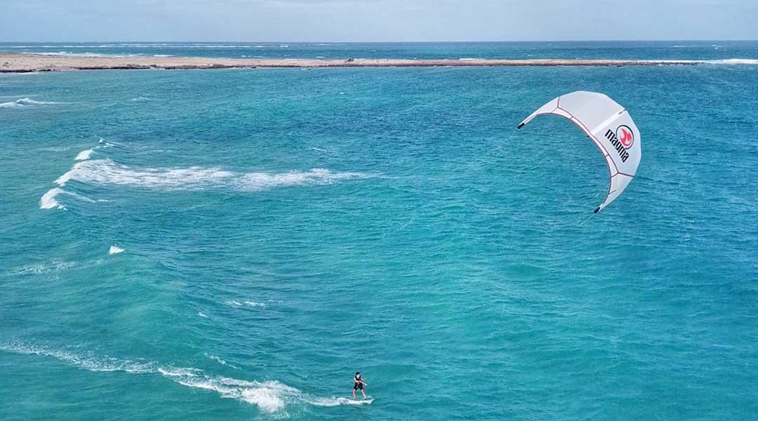 Kitesurfer in den Wellen